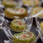 Roladki z łososia wędzonego z serkiem kozim - catering Warszawa
