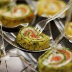 Roladki z naleśnika z ziołami z łososiem wędzonym z serkiem kozim - catering dla firm Warszawa