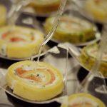 Roladki z naleśnika z łososiem wędzonym z serkiem kozim - usługi cateringowe