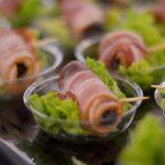 Śliwka zawijana w boczek na listku sałaty - usługi cateringowe