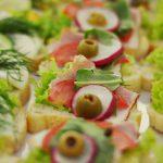 Kanapki z szynką, liściem sałaty, zieloną oliwką, rzodkiewką - usługi cateringowe