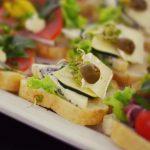Kanapka z serami pleśniowymi, sałatą, zielona oliwką i kiełkami - catering dla firm Warszawa