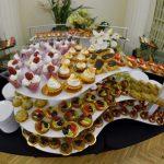 Mini desery na trzypiętrowej paterze - różne babeczki, ptysie, eklerki, desery smietanowe - catering Warszawa