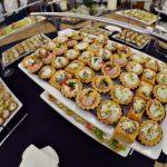 Ujęcie z góry na babeczki z musem serowym i musem z szynki - usługi cateringowe