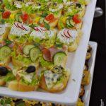 kanapki z gorgonzolą i warzywami, kanapki z szynką, sałatą, ogórkiem i pomidorem, kanapki z twarożkiem z ziołami, sałatą i rzodkiewką, kanapki z łososiem, papryką, ogórkiem i pomidorem - usługi cateringowe