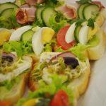 Kanapki z szynką, sałata i ogórkiem, kanapki z jajkiem, ogórkiem i pomidorem, kanapki z serem pleśniowym, kiełkami, rzodkiewką i oliwkami - catering dla firm Warszawa