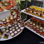 Dwie patery z mini deserkami - Babeczki z kremem i truskawkami oraz ptysie z kremem czekoladowym - catering dla firm Warszawa