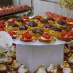 Babeczki z kremem i truskawkami oraz ptysie z kremem czekoladowym - catering Warszawa