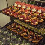 Mini deserki - babeczki z owocami, ptysie z kremem czekoladowym, desery śmietankowe, eklerki z czekoladą i szklanki z wodą i cytryną - catering Warszawa
