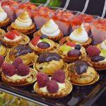 Tarty z owocami, mini ptysie z kremem czkoladowym, desery śmietanowe z malinami - catering dla firm Warszawa