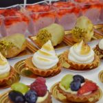 Mini tarta z owocami, Mini ptysie z kremem pistacjowym, desery z kremem - catering Warszawa