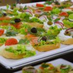 Kanapki z serem pleśniowym i sałatą, kanapki z łososiem i cytryną oraz koperkiem, kanapki z puszystym serkiem i rzodkiewką - firma cateringowa Warszawa