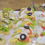 Kanapki z gorgonzolą, rzodkiewką i kiełkami, kanapki z jajkiem, oliwkami, ogórkiem i pomidorem oraz sałatą, kanapki z twarożkiem z ziołami i rzodkiewką - catering Warszawa