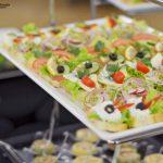 Catering Warszawa - kanapki z musem z serka białego z ziołami, z indykiem, rzodkiewką i kiełkami, z serem camembert i pomidorem, z łososiem, cytryną i oliwką