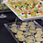 Catering warszawa - na górze patery: kanapki różnego rodzaju: z serami, łososiem lub szynką, na dole: roladki z łososia wędzonego z serkiem kozim