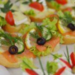 Kanapki z łososiem, cytryną, ogórkiem, koperkiem i oliwkami oraz kanapki z serem camembert - catering dla firm Warszawa