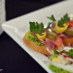 Kanapki z pieczonym indykiem, pomidorem, papryką i oliwkami oraz sałatą - usługi cateringowe