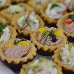 Mini babeczki bankietowe wypełnione musem z szynki, babeczki wypełnione puszystym serkiem - catering dla firm Warszawa