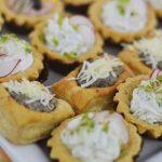 Vol au vent nadziewany pieczarkami oraz babeczki bankietowe wypełnione musem puszystym serkiem - catering dla firm warszawa