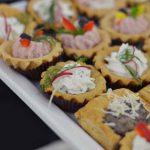 Mini babeczki bankietowe wypełnione musem z szynki lub puszystym serkiem, roladki z łososia wędzonego z serkiem kozim, vol au vent nadziewany pieczarkami - usługi cateringowe