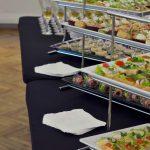 Stół zastawiony małymi przekąskami - catering dla firm Warszawa