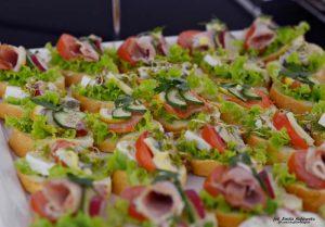 Usługi cateringowe - kanapki z pieczonym indykiem i suszonymi pomidorami, łososiem, z serem camembert i żurawiną