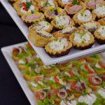 usługa cateringowa - tarty na słono z twarożkiem oraz kanapki z serem lub szynką oraz warzywami