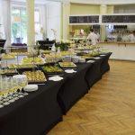 firma cateringowa warszawa - zastawiony stół w owalnej sali na SGH