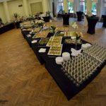 firma cateringowa warszawa - stół zastawiony daniami, zdjęcie z góry