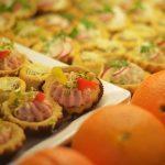 firma cateringowa warszawa - tarty na słono z pastą z łososia, pomarańcze