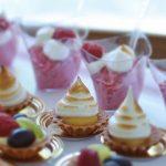 firma cateringowa warszawa - babeczki z kremem, deser śmietankowo-malinowy