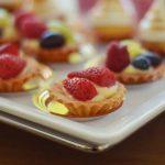 firma cateringowa warszawa - mini tarty z kremem i owocami