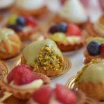 Usługi cateringowe - Mini ptysie z kremem pistacjowym, mini tarta z owocami