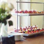 catering dla firm warszawa - mini deserki - deser śmietankowo-malinowy, babeczki z kremem i owocami