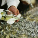 Catering dla firm warszawa - kelner rozlewający białe wino