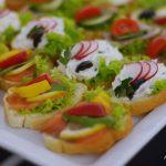 Catering dla firm warszawa - kanapki z serkiem, oliwkami i rzodkiewką oraz kanapki z łososiem, cytryną i papryką