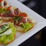 Catering dla firm warszawa - kanapki z z szynką, pomidorkami i sałatą