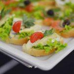 Usługi cateringowe - kanapki z serem camembert i warzywami