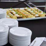 Usługi cateringowe - talerze i tartinki z twarożkiem