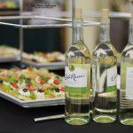 Usługi cateringowe - białe wino i małe kanapeczki