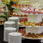 Usługi cateringowe - ptysie z kremem pistacjowym i eklerki czekoladowe oraz mus śmietankowy z malinami