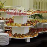 Catering Warszawa - stół z mini deserami - babeczki z owocami, eklerki, ptysie