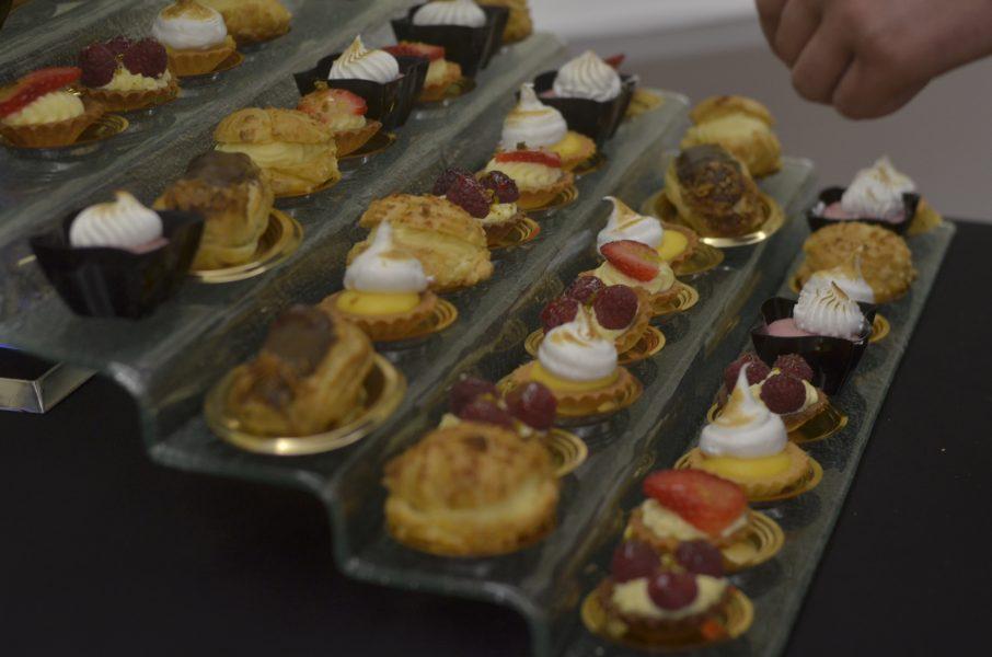 Catering Warszawa - mini desery, czyli babeczki z owocami i kremem budyniowym lub czekoladą