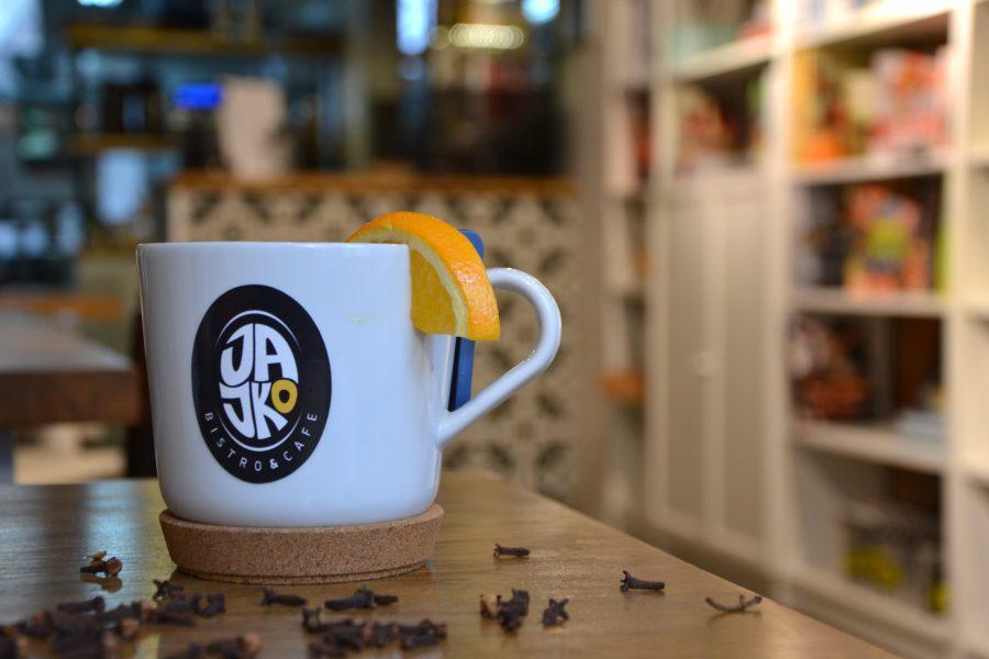 Kawiarnia Warszawa - kubek zimowej herbaty z pomarańczą i goździkami