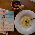 """Dobre śniadanie - Budyń jaglany kokosowo-bananowy, obok książka Anny Starmach """"Lekkość"""""""