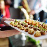 Catering na wesele – czym kierować się przy wyborze dań i przekąsek?